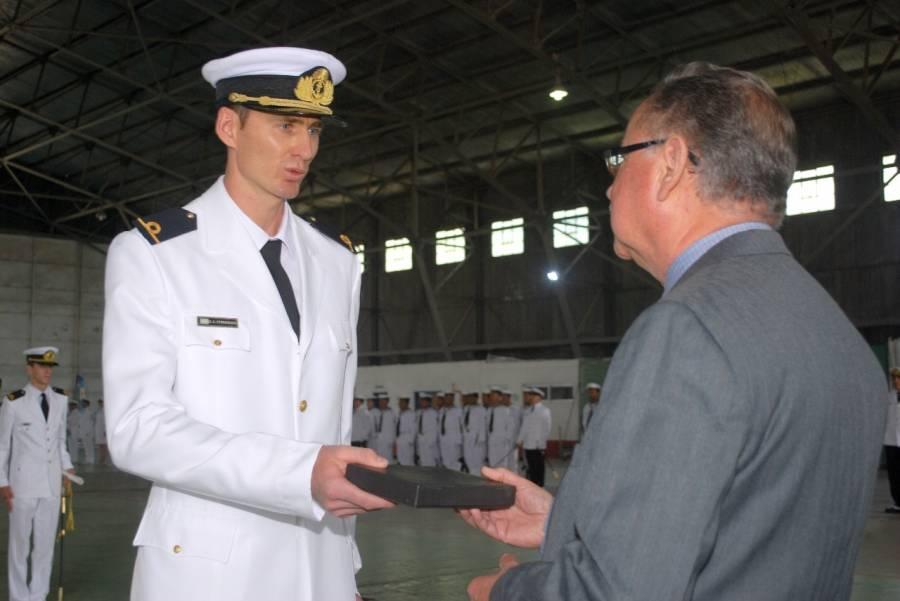 Egreso en la Escuela de Aviación Naval – El Instituto Aeronaval entregó el Premio al Mejor Promedio en la Materia Historia de la Aviación Naval